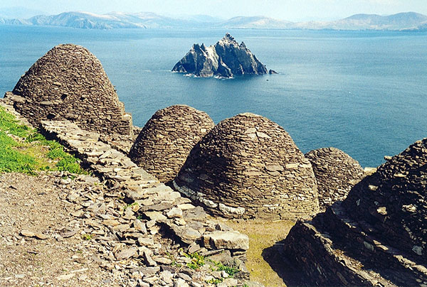 On Skellig Michael, the beehive cells where the monks lived date from more than one period and reflect the development of drystone construction during the early medieval period. ©Arian Zwegers, flickr
