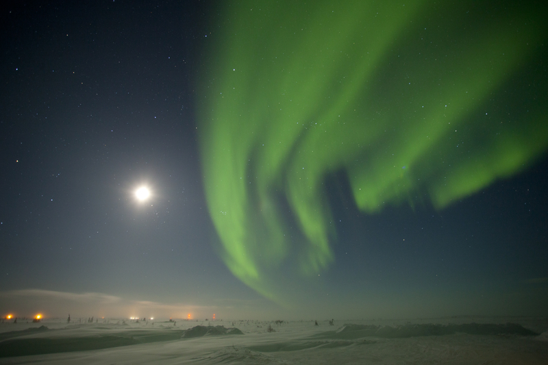 The green northern lights with a full moon